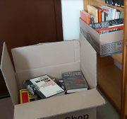 Drei Kartons voll mit Geschichtsfachbüchern