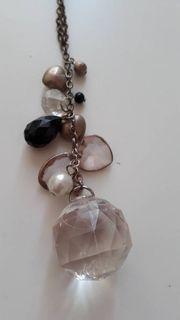 Halskette mit bunten Glassteinen