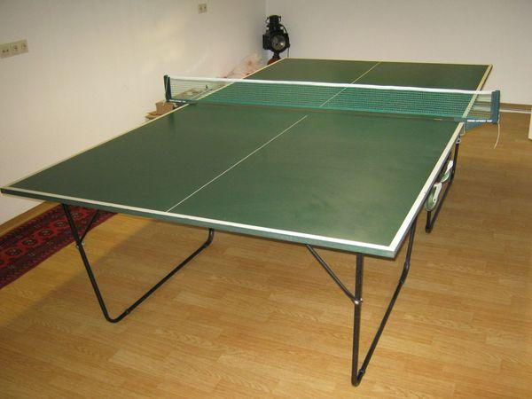 Fahrbare, benutzte Tischtennisplatte für den Innenbereich