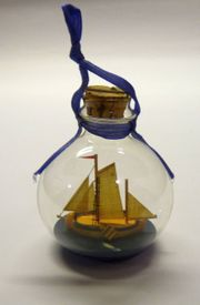 Glaskugel mit Segelbuddelschiff zum Aufhängen