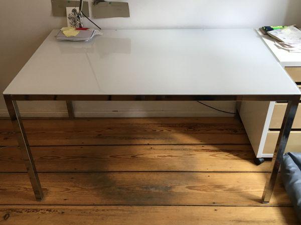 Schöner praktischer Schreibtisch