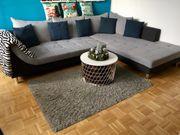 Grau-schwarze Couch zu verkaufen