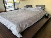 Modernes großes Bett mit Rost