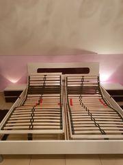 Schlafzimmerbett mit elektrisch verstellbaren Lattenrosten