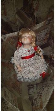 Puppenmädchen mit geflochtenen Zöpfen