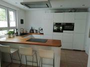 Neuwertige weiße Küche mit Marken-Elektrogeräten