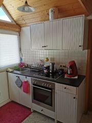 Küche mit Elektroherd und Dunstabzugshaube