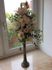 Kunstblumen Dekoration mit schöner Vase