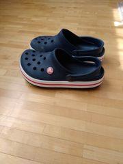 Dunkelblaue Crocs Größe J3