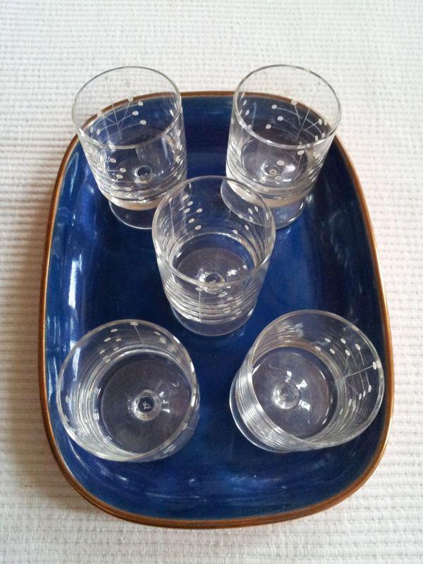 Vintage - 5 Schnapsgläser auf blauem Emaille-Tablett