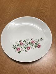 Schönes Geschirr weiß mit Blumenmuster