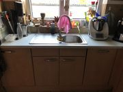 Küche mit Herd und Geschirrspülmaschine