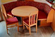 Eckbank mit Tisch und Stühlen