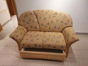 Bequemes Sofa mit aufziehbarer Schublade