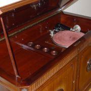Sehr alte Schrankgrammophone