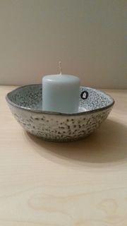 Schale mit farblich passender Kerze