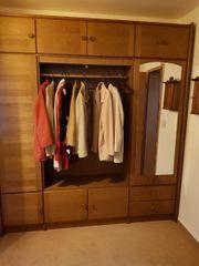große Garderobe- Garderobenschrank mit Spiegeltüren