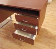 stabiler Schreibtisch mit Metallfüßen
