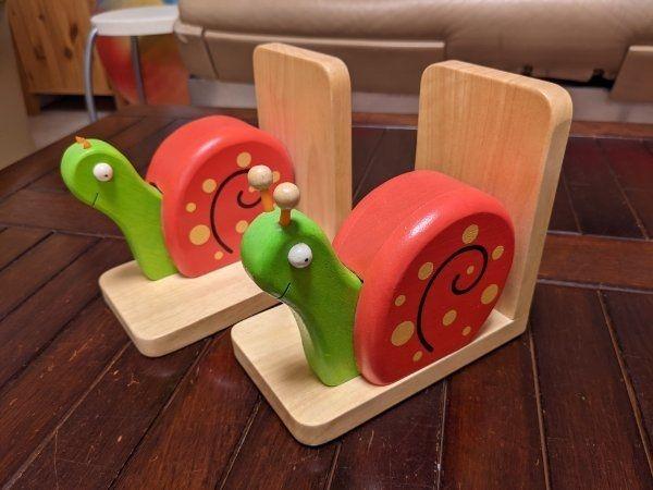 Hübsches Schnecken-Buchstützen Set aus Massivholz