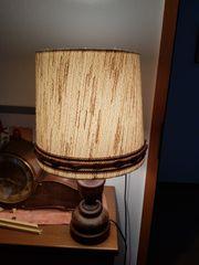 Tisch-Lampe mit Holzfuss und beigem