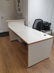 Schreibtisch mit Tresen Ablage