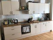 Küchenzeile inklusive eingebauter Elektrogeräte zu