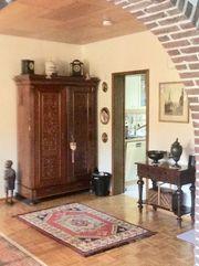 schöner sehr alter dekorativer Schrank