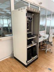 Serverschrank mit 2 ausziehbaren Fachböden