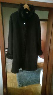 Brauner Mantel mit Kunstpelzkragen