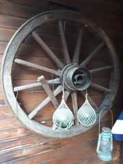 Altes Wagenrad als Garten- Deko