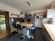 Moderne Einbauküche mit Theke im