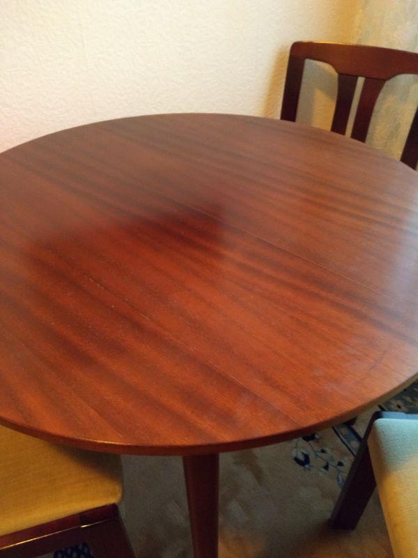 Tisch 3 Stühle Kommode Vitrine