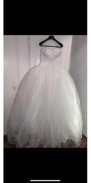 Brautkleid mit Strasssteinen und Tüll
