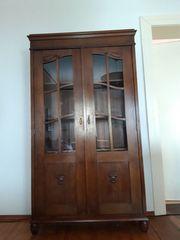 Antiker Schrank mit Glasvitrinen Tür