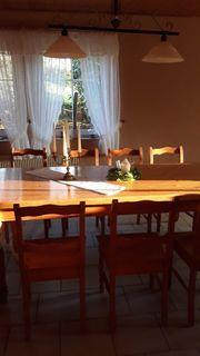 Großer Weichholztisch und 12 Stühle