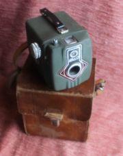 Grüne Dacia Kamera-Box mit Lederetui