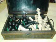 Schachfiguren mit Holzschatullen