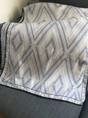 Valentino Seidenschal - blau-weisses graphisches Muster
