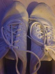 Schwitzige Sneaker