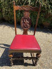 geschnitzte Stühle