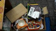Kisten mit Flohmarktartikeln