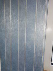 Tapeten blau mit weißen Streifen