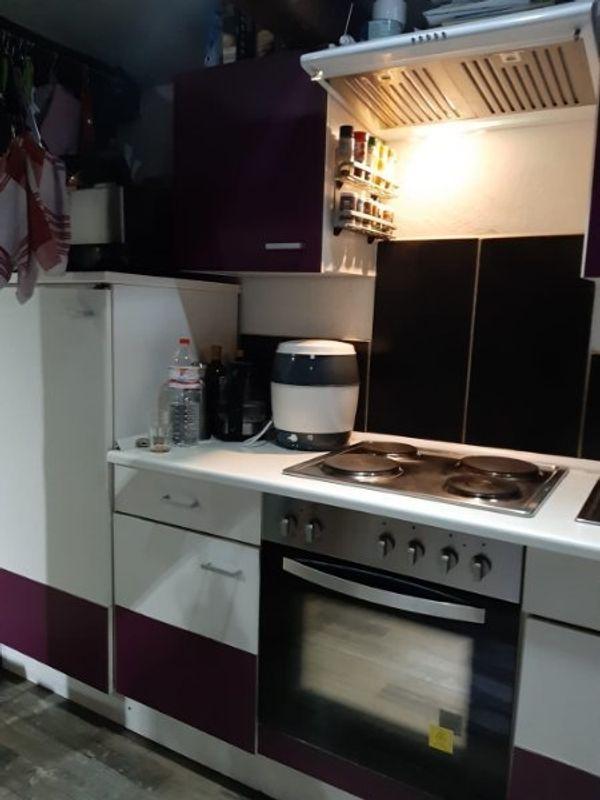Küchenzeile mit Geräte