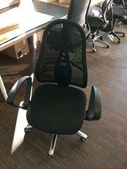 fast unbenutzte Bürostühle