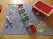 Kinderzimmerteppich Wandlampe Hängeaufbewahrung Truhe aus