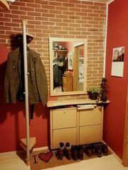Sehr gut erhaltene Garderobe zu