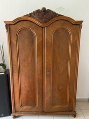 Antiker Holzschrank - gut erhalten