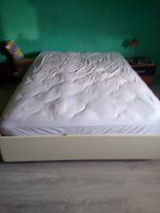 Boxspringbett mit Matratze und Bettkasten