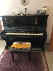 Schönes Klavier mit Hocker