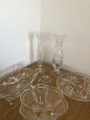 verschiedene Kristallschalen und Vasen